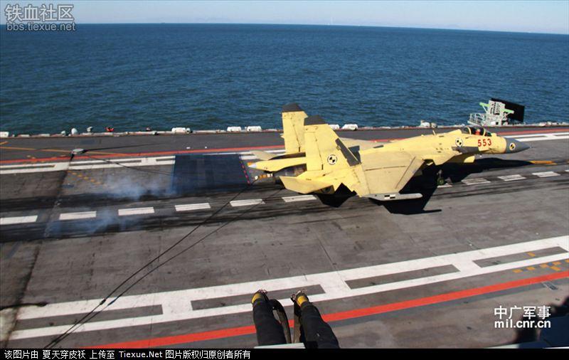 J-15 совершил посадку с зацепом троса аэрофинишёра
