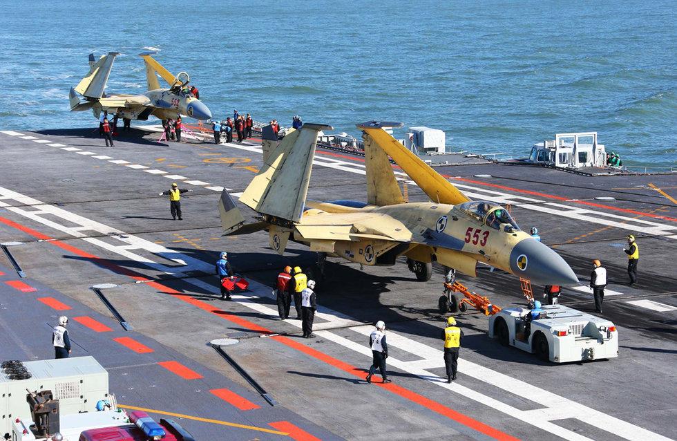 Палубные истребители J-15 опытной серии на палубе «Ляонина», 2012 год