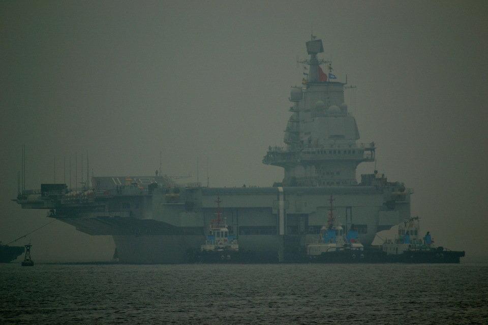Авианосец «Ляонин» в порту Циндао, 27 февраля 2013 года