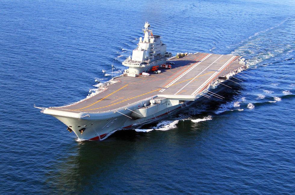 Авианосец «Ляонин» в море, 2012 год. Можно видеть, что разметка полётной палубы уже новая, отличающаяся от советского образца