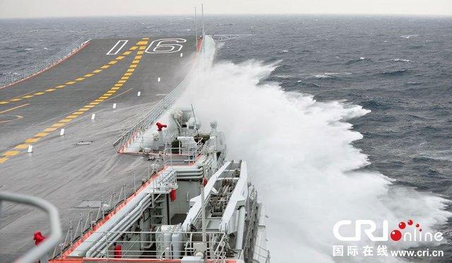 Авианосец «Ляонин» в штормовую погоду. Можно видеть тактический номер, нанесённый в носовой части полётной палубы по американскому образцу