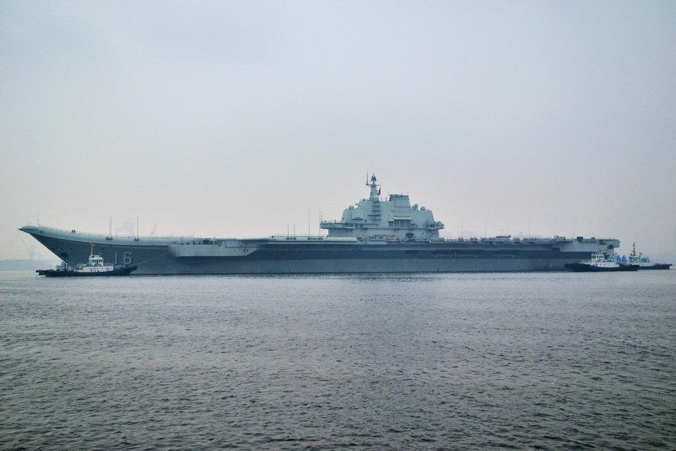 Авианосец в порту Циндао, снимок 27 февраля 2013 года