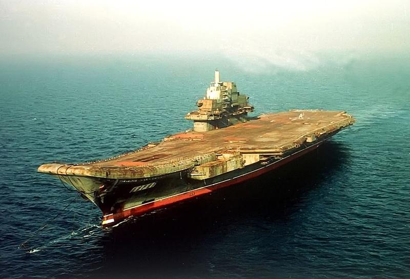 Авианосец «Варяг» на буксировке в Чёрном море, 2000 год