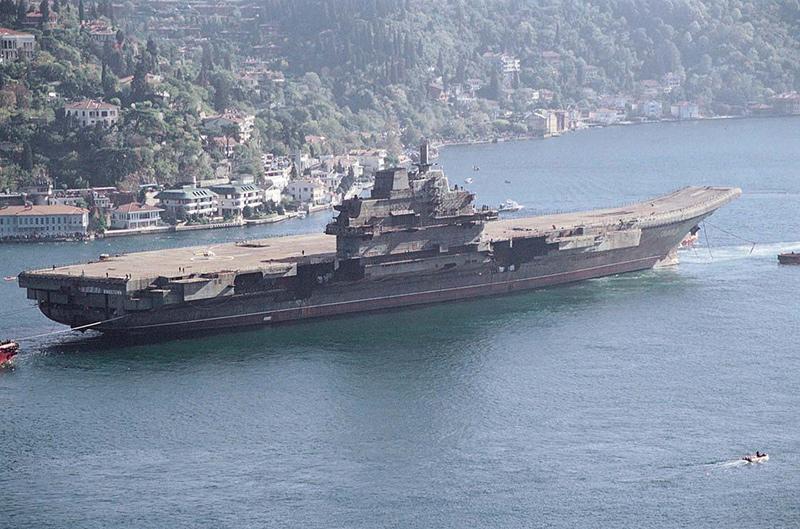 Недостроенный «Варяг» на буксире проходит через пролив Босфор, 1 ноября 2001 года