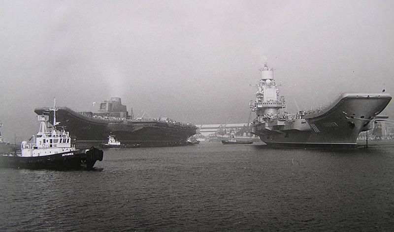 Слева - ТАКР «Рига» (будущий «Варяг») у достроечной стенки Черноморского завода, справа - выходящий на испытания однотипный «Тбилиси» (будущий «Адмирал флота Советского Союза Кузнецов»), 1989 год