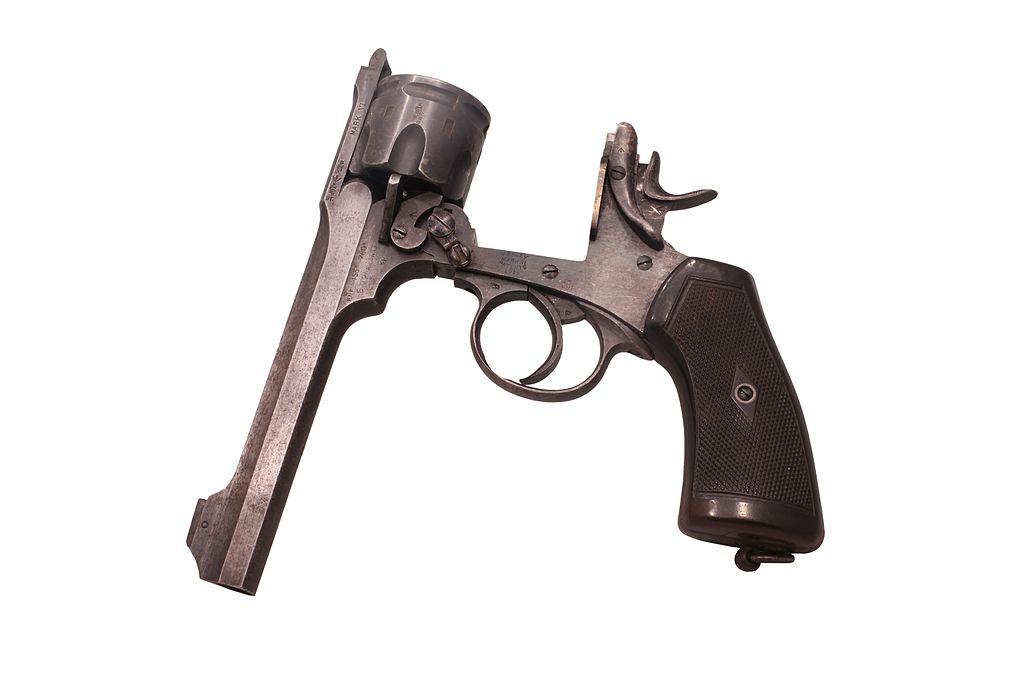 Револьвер Webley с откинутым стволом и барабаном