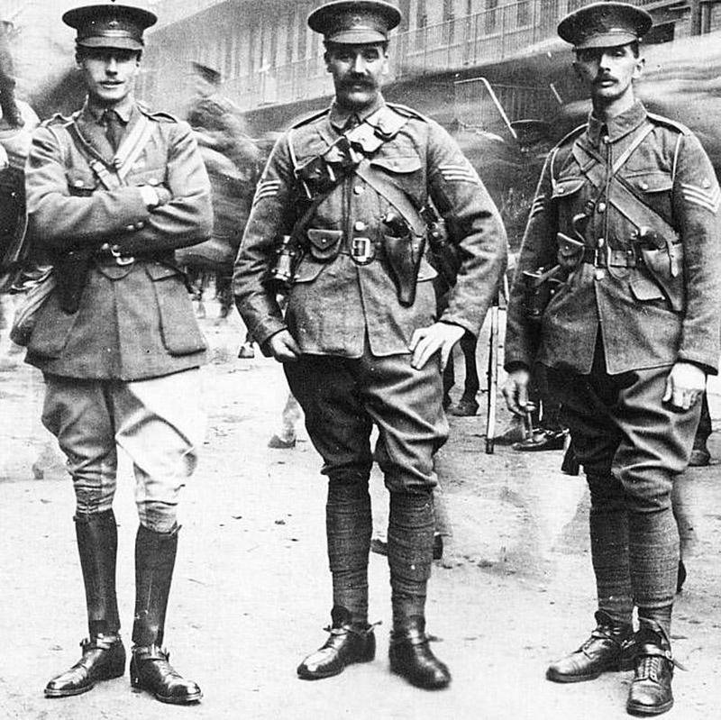 Английские офицеры вооруженные револьверами Webley & Scott Mk. VI. Первая мировая война