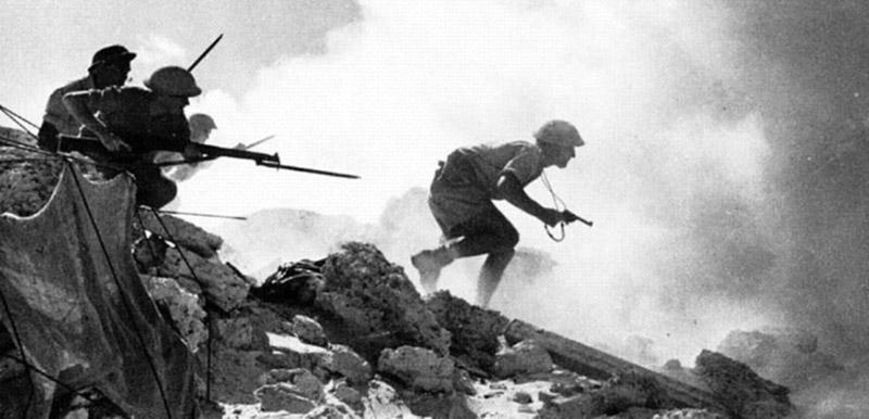 Английские офицер с револьвером Webley & Scott Mk. IV .38/200 возглавляет атаку своих солдат