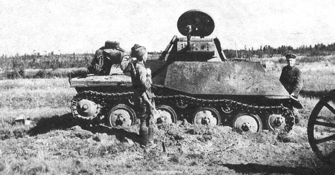 Вышедший из строя и брошенный экипажем советский малый танк Т-40