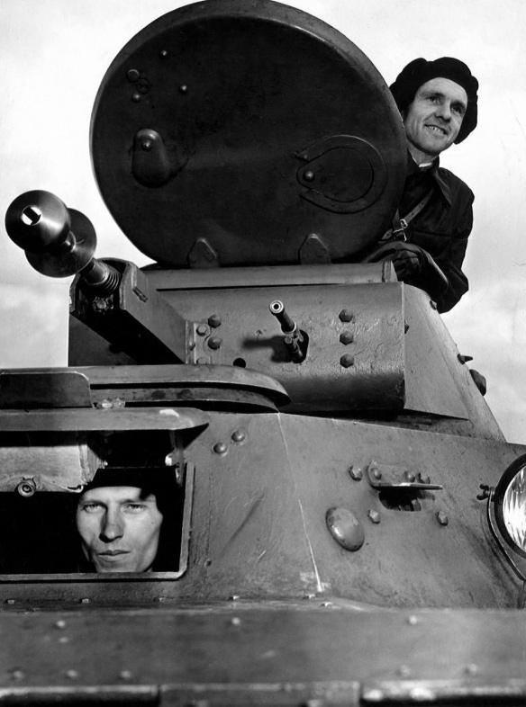 Экипаж советского легкого плавающего танка Т-40. Состоял из двух человек — механик-водитель и командир танка.