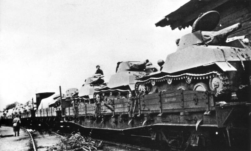 Советский эшелон с танками Т-40 следует на фронт. Лето 1941г.