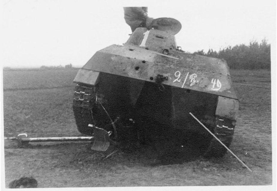 Подбитый танк Т-40,успевший раздавить немецкое орудие РАК-35