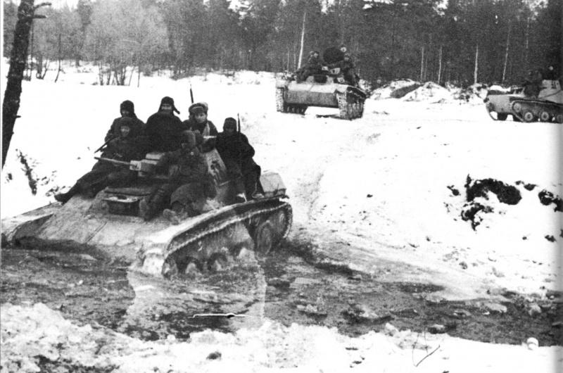 Советские легкие танки Т-60 с десантом на марше
