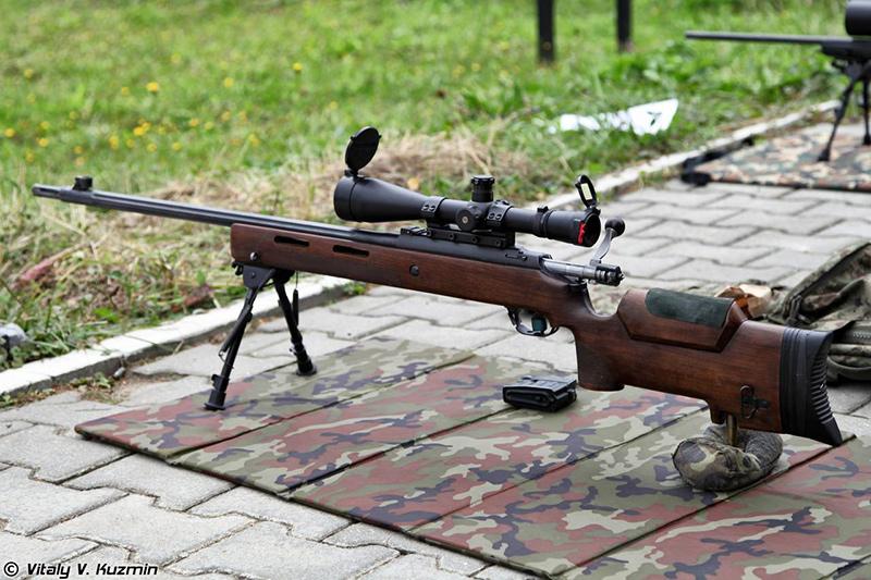 Снайперская винтовка МЦ-116M, оснащенная оптическим прицелом ПОСП 8х42, на боевом рубеже