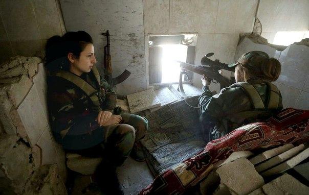 Снайпер с винтовкой МЦ-116М ведет наблюдение.