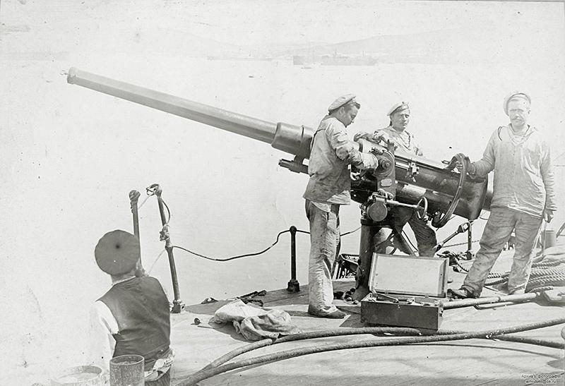 Ремонт 75-мм орудия броненосного крейсера 'Громобой'