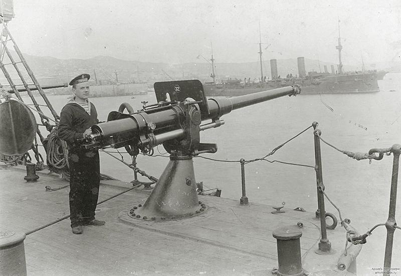 75-мм орудие броненосного крейсера 'Громобой'. На втором плане - броненосный крейсер 'Рюрик'