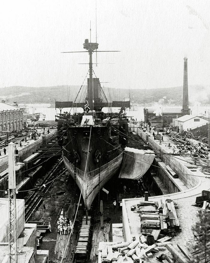 Броненосный крейсер 'Громобой' во Владивостокском доке