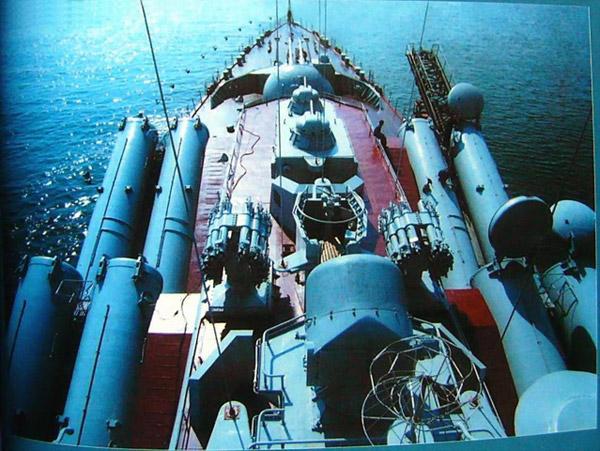 Ракетный крейсер 'Варяг' ведет стрельбы