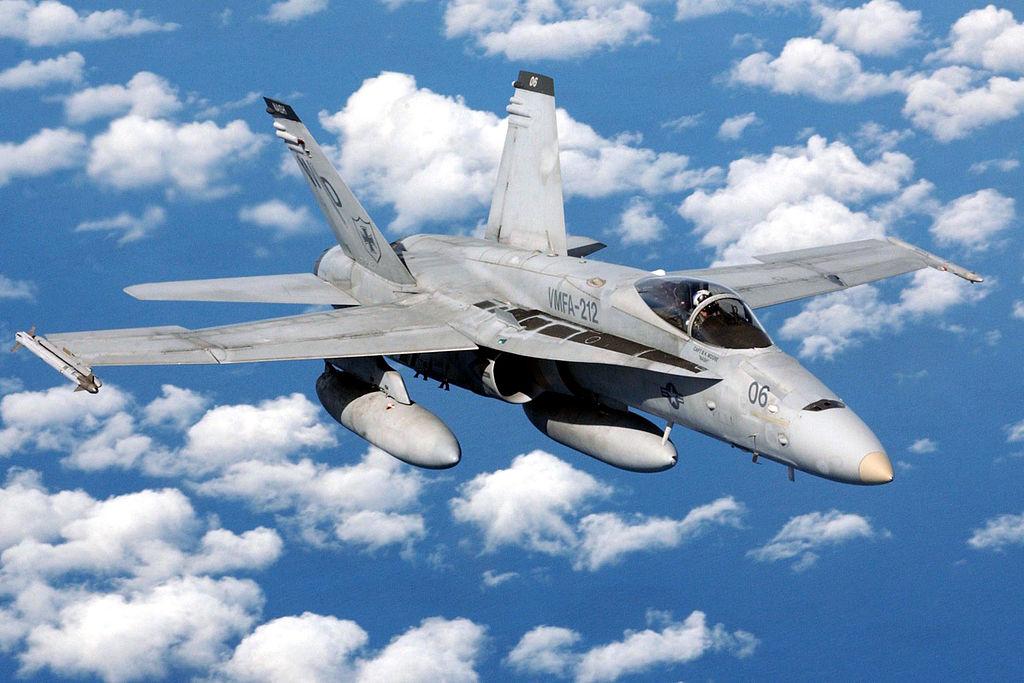 F/A-18 из состава 212-й истребительно-бомбардировочной эскадрильи Корпуса морской пехоты США