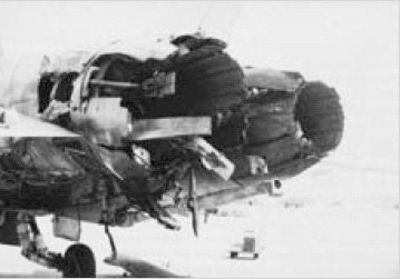 Результат попадания ракеты ПЗРК «Стрела-2» в сопловое устройство левого двигателя F/A-18 в ходе «Войны в заливе» (1991). Самолёт, серийный № 164051 вернулся на базу и был отремонтирован