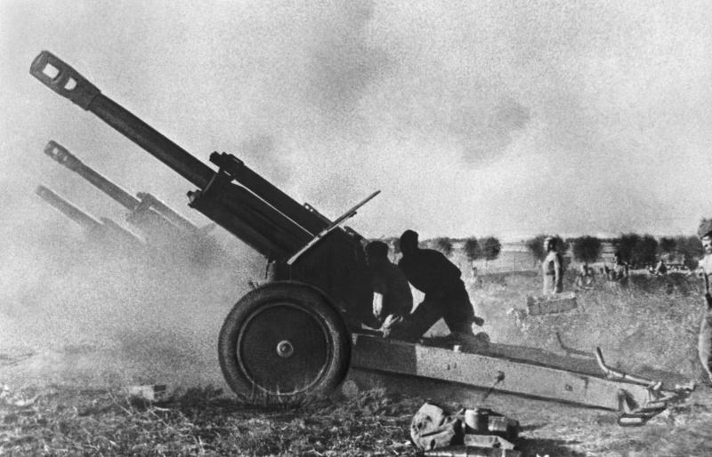Батарея советских 152-мм гаубиц Д-1 образца 1943 г. ведет огонь в Восточной Пруссии