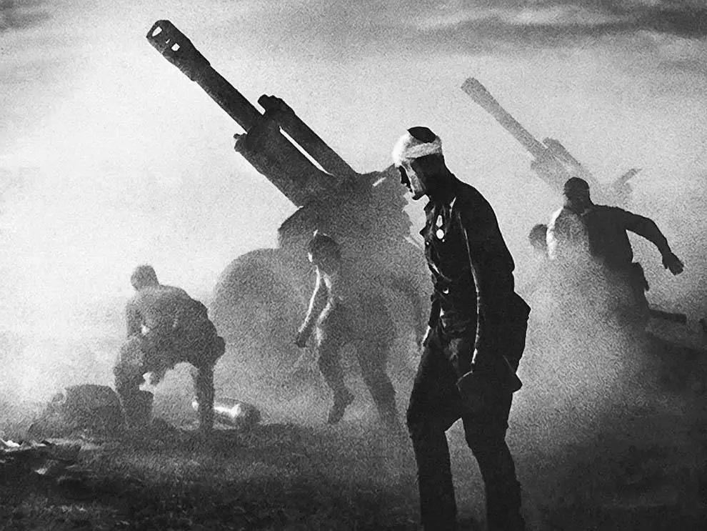 Батарея 152-мм гаубиц Д-1 образца 1943г. ведет огонь по обороняющимся немецким войскам. Белоруссия, лето 1944 года
