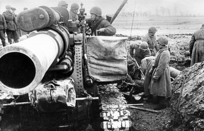 Расчет у советской 280-мм мортиры Бр-5 на позиции в Восточной Пруссии