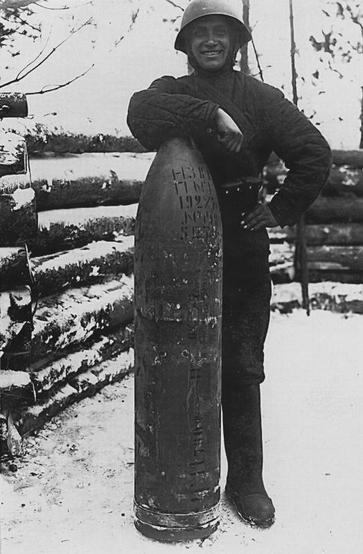 Красноармеец-артиллерист позирует с 280-мм. снарядом, предназначенным для стрельбы из мортиры БР-5 обр. 1939г. Карельский перешеек