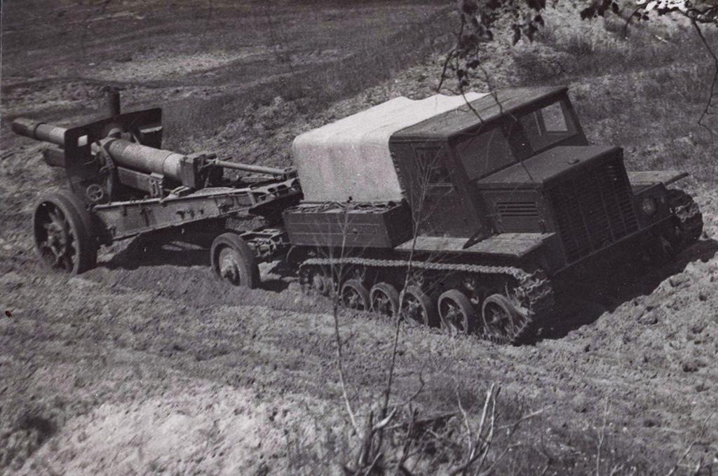 <a href='https://arsenal-info.ru/b/book/2995468144/8' target='_self'>Артиллерийский тягач</a> Я-12 с гаубицей МЛ-20