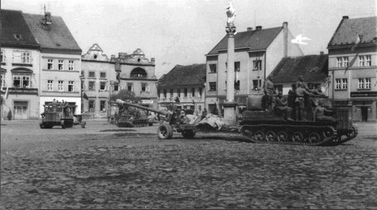 Тягачи Я-12 с 100-мм пушками