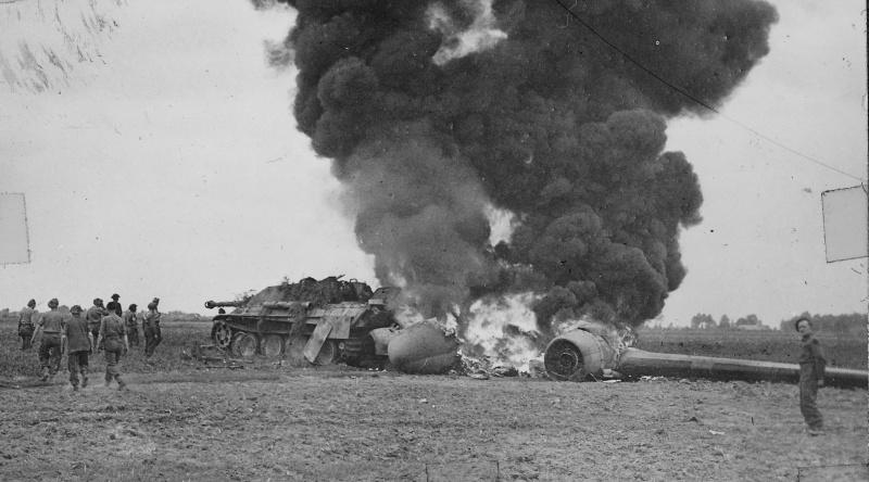 Сбитый зенитным огнем в ходе операции «Маркет Гарден» американский транспортный самолет C-47, столкнувшийся с подбитой «Ягдпантерой» во время вынужденной посадки на поле в районе города Гел (Geel) на севере Бельгии