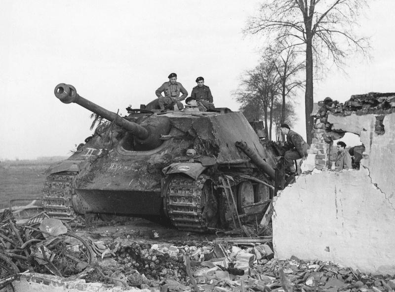 Немецкая САУ «Ягдпантера» (Sd.Kfz.173 Jagdpanther) 559-го батальона истребителей танков, подбитая частями 1-й польской <a href='https://arsenal-info.ru/b/book/1627328415/38' target='_self'>танковой дивизии</a> у Раамсдонка, Нидерланды.