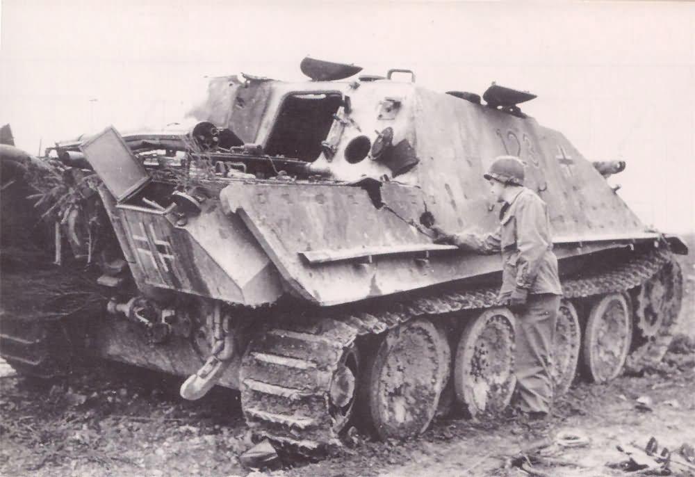 Немецкая САУ «Ягдпантера» (Sd.Kfz.173 Jagdpanther) 654-го батальона истребителей танков, подбитая у деревни Гинстерхан (Ginsterhahn) в Западной Германии и американская САУ М36 «Джексон» из 899-го батальона армии США