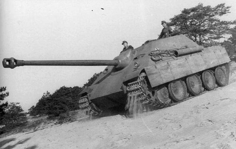 Немецкая тяжелая САУ «Ягдпантера» (Sd.Kfz.173 Jagdpanther) из 654-го батальона истребителей танков с экипажем на марше