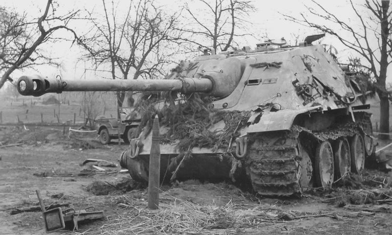 Немецкая САУ «Ягдпантера» (Sd.Kfz.173 Jagdpanther), подбитая артиллерийским огнем 6-го противотанкового полка королевской армии Канады в районе Райхсвальд