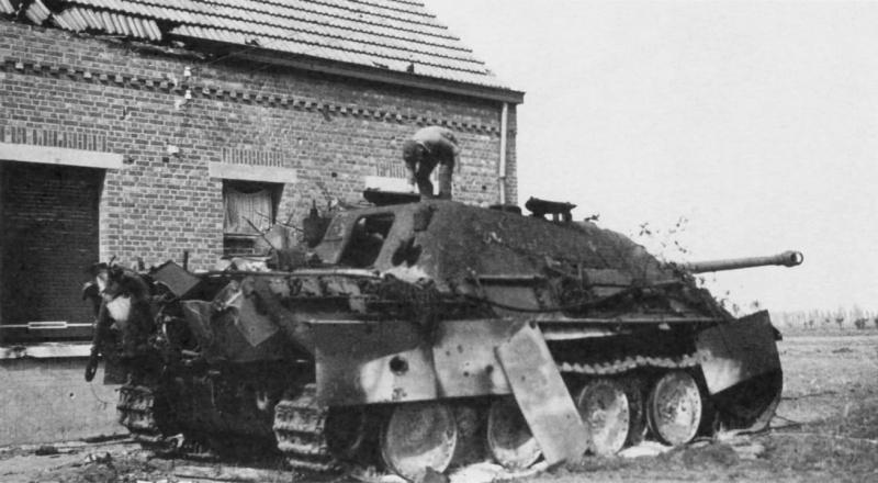 Подбитый и сгоревший истребитель танков «Ягдпантера» (Panzerjager V Jagdpanther, Sd.Kfz.173) 559-го тяжелого батальона истребителей танков вермахта (schwere Heeres-Panzerjäger-Abteilung 559) у дома в бельгийском городке Гел