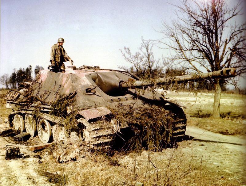 Американский солдат на подбитой немецкой тяжелой САУ «Ягдпантера»