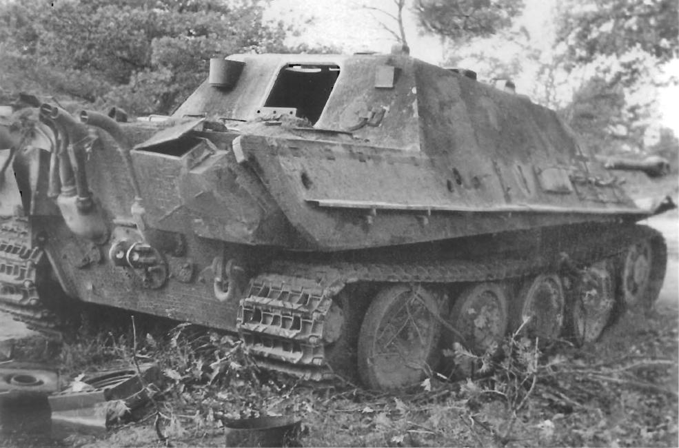 Подбитый немецкий истребитель танков «Ягдпантера» (Panzerjager V Jagdpanther, Sd.Kfz.173) 559-го тяжелого батальона истребителей танков вермахта (schwere Heeres-Panzerjäger-Abteilung 559) в лесу в районе бельгийской деревни Эхтель