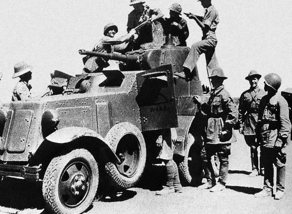 Английские солдаты осматривают советский броневик БА-10М. Иран, лето 1941 года.