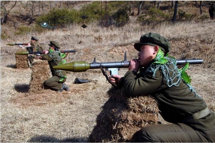 Ополченцы РККГ на учениях стреляют из РПГ-2