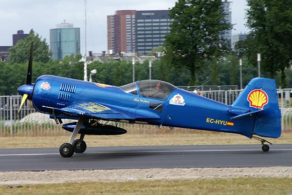 Су-26 в синей окраске на взлетной полосе