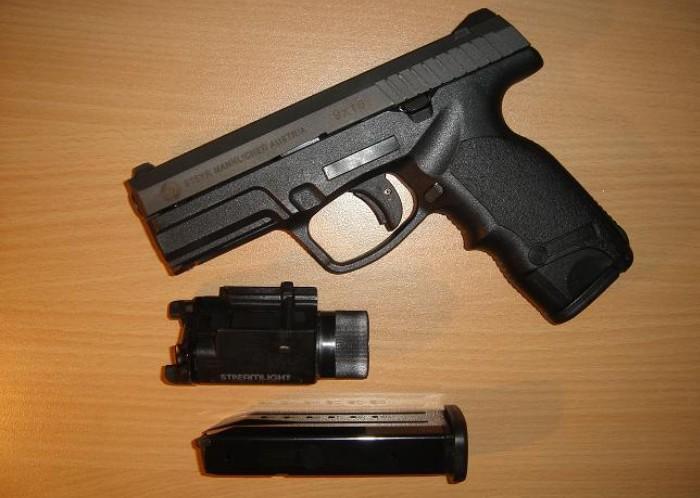 Пистолет Steyr M9-A1с магазином и тактическим фонарём