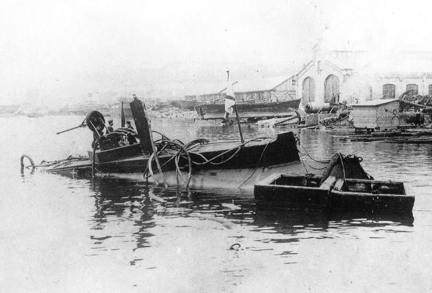 Подводная лодка «Дельфин» - фото сделанное после аварии 05.05.1905 года.
