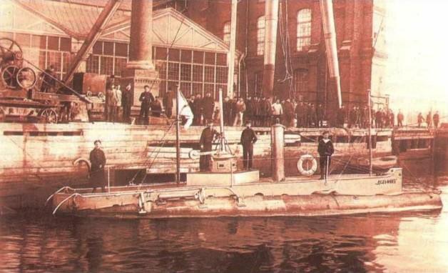 Подводная лодка «Дельфин» после модернизации у стенки Балтийского завода, 1904 год