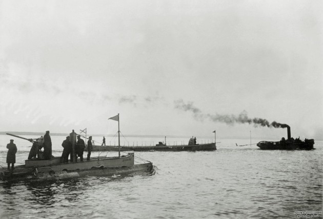 Подводная лодка «Дельфин» в надводном положении. На втором плане - ПЛ «Касатка»
