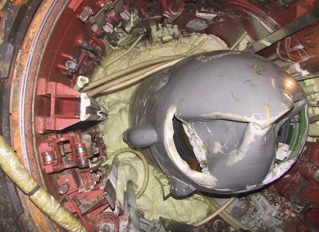 Пусковая установка и головная часть ракеты комплекса 'Гранит' на ПЛАРК 'Курск' после подъема