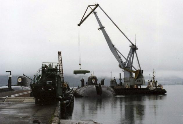 Погрузка боезапаса комплекса 'Гранит' на ПЛАРК пр.949А