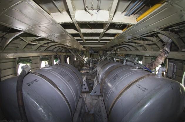 Салон Ми-10 с топливными баками (каждый 1200 литров)