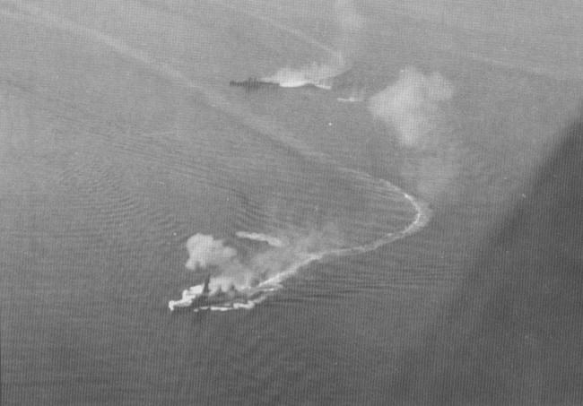 Линкор «Фусо» и крейсер Могами под огнем американской палубной авиации, 24 октября 1944 г.